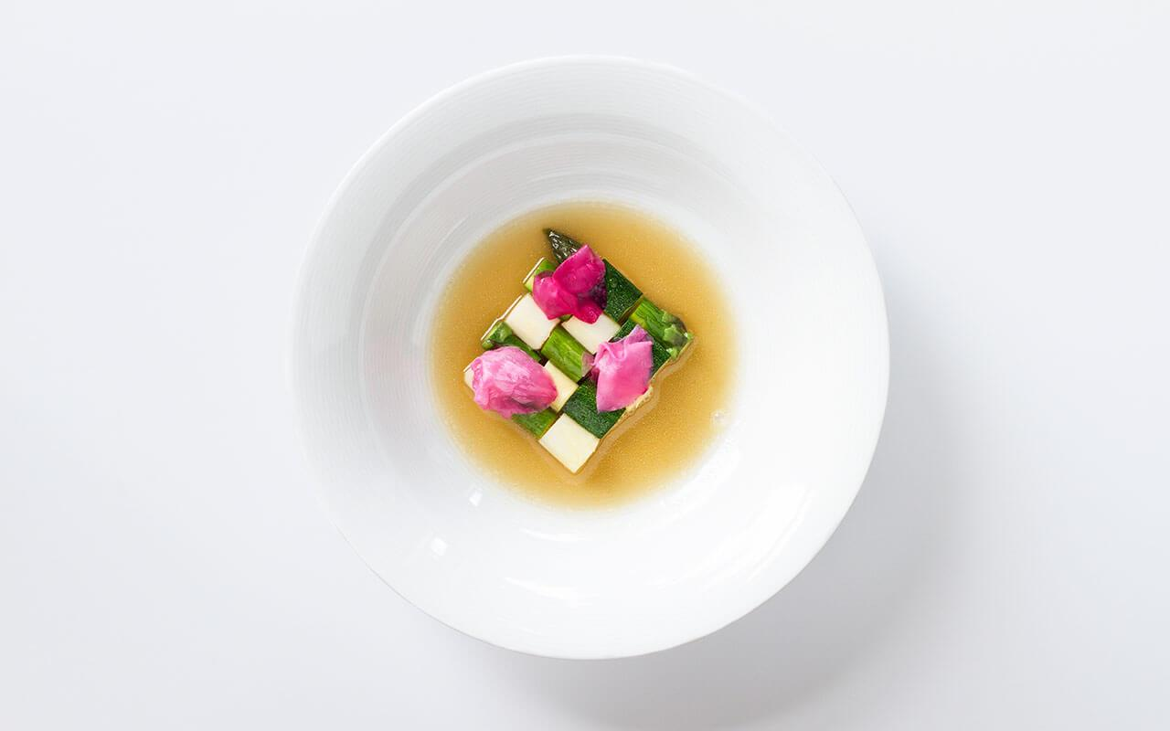bez-gwiazdek-restaurant-spring-vegetables-with-rose-petals-west-pomeranian-region-1