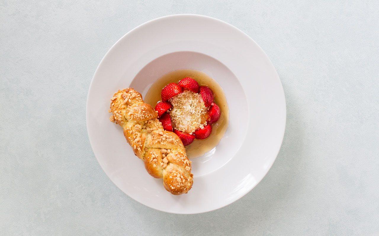 bez-gwiazdek-restaurant-sweet-white-bread-with-strawberries-zachodniopomorskie-region-1